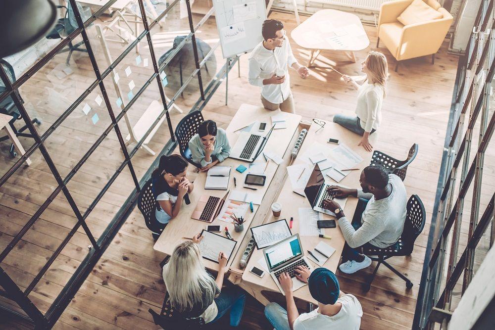 Technologiefachkräfte arbeiten mit anderen Abteilungen zusammen, um konkrete Geschäftsziele zu erreichen.